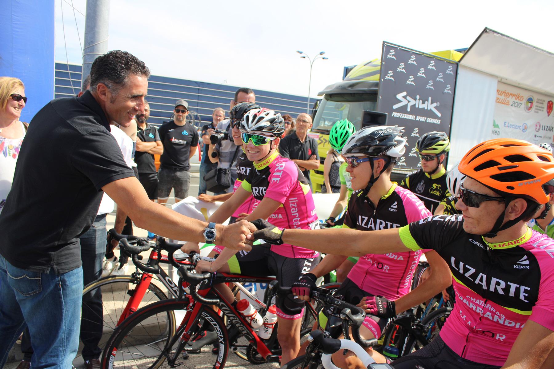 Miguel Indurain saluda al club ciclista Ermitagaña